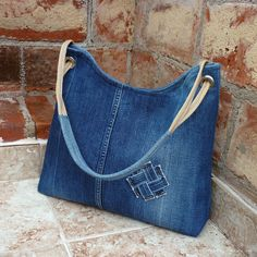 Torebka ze starych jeansów to świetny pomysł na recykling. A bag of old jeans is a great idea for recycling. See what opportunities jeans offer. A new jeans bag is something you c Denim Tote Bags, Denim Purse, Jean Purses, Purses And Bags, Bag Quilt, Denim Crafts, Recycle Jeans, Recycled Denim, Fabric Bags