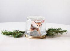 Julens kanske roligaste pyssel är att göra sina egna snöglober av gamla burkar som väntar på att få bli använda. En perfekt julklapp som uppskattas av både