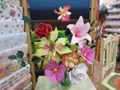 Flores hechas en goma eva.