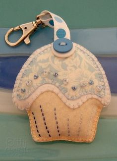 Blue felt cupcake keychain plush. Tutorial to make this along with a free template to print and use.