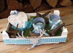 Eine  Deko für Liebhaber des Alpenstils.  Das Holzkistchen wurde mit Karo-Borte beklebt.  Zwei mit Stoff dekorierte Teelichthalter, Moos und Fruchstän