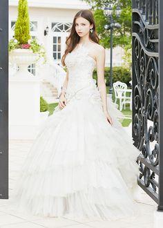 アクア・グラツィエがセレクトした、ANA QUASOAR(アナ カゾア)のウェディングドレス、AQU006をご紹介いたします。