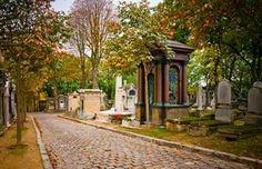 """La colina de Père Lachaise es conocida por su cementerio, inmenso jardín salpicado de esculturas y estatuas donde numerosas personalidades descansan en paz. Este barrio de encanto campestre, con sus calles peatonales y sus pequeños chalets con jardincillos floridos, ofrece a los paseantes un auténtico """"pedacito"""" de campo en París."""