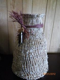 I made this basket from grass and yarn.
