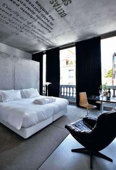 Chambre ambiance blanc et gris, brut et loft.  Un lounge signé H.W.Klein En photo : Lounge chair en cuir H.W.Klein pour Bramin Mobler, lampadaire Louis Weisdorf pour Lyfa.