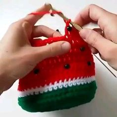 Discover thousands of images about Aprenda a fazer uma linda cestinha de melancia Crochet Drawstring Bag, Crochet Coin Purse, Crochet Cross, Bead Crochet, Crochet Food, Crochet Baby, Crochet Designs, Crochet Patterns, Crochet Mermaid