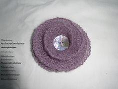Graziosa spilla lavorata a legaccio per arricchire cardigan, scialli, scaldacollo o come la vostra fantasia vi suggerisce. Cardigan, Crochet Earrings, Crochet Hats, Fantasy, Knitting Hats