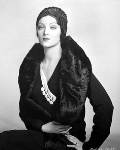 Myrna Loy via The Flapper Girl Vintage Glamour, Old Hollywood Glamour, Vintage Hollywood, Vintage Beauty, Classic Hollywood, Myrna Loy, Belle Epoque, Costume Année 30, Costumes