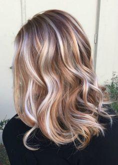 mèches-blondes-cuivrées-cheveux-ondulés-mi-longs