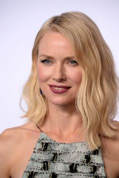 20 Naomi Watts Hairstyle Celebrity Hairstyle (WITH PICTURES) is part of Naomi watts hair - Thinking of having a Naomi Watts Hairstyle Browse a full photo gallery to get some hairstyle ideas for your next makeover Stacked Bob Hairstyles, Try On Hairstyles, Lob Hairstyle, Older Women Hairstyles, Long Bob Hairstyles, Celebrity Hairstyles, Trendy Hairstyles, Bob Haircuts, Naomi Watts Hair