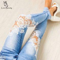 A sua calça de ganga rasgada na zona do joelhos, pode ser mudada e ficar sofisticada, com aplicação de renda. Reproduza esta ideia!