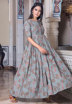 compre en línea vestido estampado de muselina gris en línea al mejor precio ; Long Dress Design, Stylish Dress Designs, Stylish Dresses, Casual Dresses, Party Wear Indian Dresses, Indian Gowns Dresses, Sleeves Designs For Dresses, Dress Neck Designs, Frock Fashion