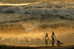 Children play soccer during sunset at a beach in Lima, Peru, December REUTERS/Enrique Castro-Mendivil We Are The World, All Over The World, Around The Worlds, Art Et Nature, Photo Voyage, Pinterest Photography, World Play, Foto Baby, Jolie Photo