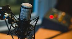 Through this step by step guide you will learn about a perfect Podcast setup in no time. Find out the steps and set up your podcast on your own! Mergers And Acquisitions, Elevator Pitch, Software Libre, Starting A Podcast, Podcast Setup, Blog Writing, Writing Jobs, Radios, Vignettes