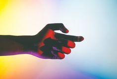 Hands Under Neon Lights  Le photographe Andre Elliott a capturé des mains dans des positions majestueuses et placées sous des néons multicolores à travers sa série intitulée « Acoluthic Redux ». Il livre des dégradés de couleurs vibrantes et des jeux d'ombres délicats. Sa série complète est à découvrir en images dans la galerie.
