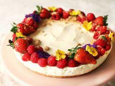 Se & gör steg för steg hur du får till en perfekt klassisk cheesecake. För ett säkert resultat, använd en bra och krämig färskost av hög kvalitet som Philadelphia. Dekorera med färska bär och ätbara blommor för en vacker sommartårta.