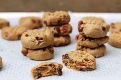 Des petits cookies healthy et vegan, au beurre de cacahuètes, noix de pécan et chocolat. Que des ingrédients faciles à trouver, trop bons !