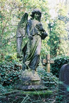 Beautiful and Heartwarming Highgate Cemetery London, Statue Ange, Gardens Of Stone, Travel Log, Peaceful Places, Decor Interior Design, Garden Sculpture, Sculptures, Outdoor Decor