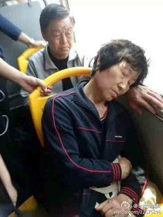 在公交车上看到的一幕,真是太感动了,中国好大爷啊!