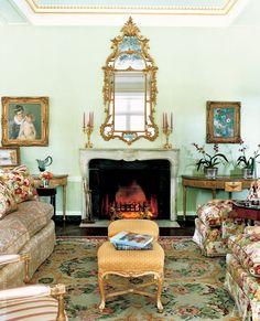 Гостиная. Зеркало, Франция, XVIII век. По обе стороны от камина — антикварные консоли, Sheraton. Антикварный ковер из Бессарабии..jpg