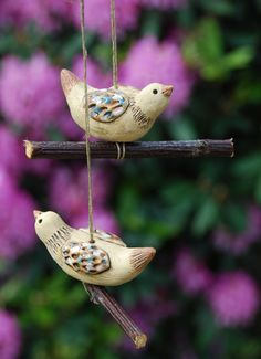 Keramický ptáček - na zavěšení Pottery Classes, Ceramic Birds, Bird Feeders, Dream Catcher, Outdoor Decor, Gardening, Vases, Cement, Cool Crafts