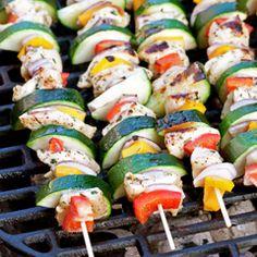 Kolorowe, lekkie szaszłyki z kurczaka w ziołowej marynacie oraz z cukinii, papryki i cebuli czerwonej.