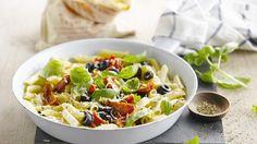 Pastasalade met olijfjes, basilicum en zongedroogde tomaten | VTM Koken