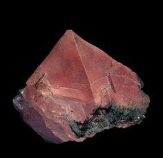 Excellent spécimen de fluorine rose du Mont-Blanc. Il s'agit d'un très bel octaèdre comme il est rare d'en voir aujourd'hui ! Le cristal est bien individualisé et mesure 2,2 cm d'arête ! Des chlorites sont incluses dans la fluorine et viennent souligner la morphologie du cristal. Couleur variant du rouge au rose Dimensions : 2,5 x 2,2 x 2,5 cm environ Provenance : Aiguille Verte, Mont-Blanc, Chamonix price : 400,00 euros