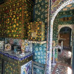 Raymond Isidore was a mild-mannered laborer until a piece of glass glinting at his feet turned him into an outsider and contemporary ceramic art legend. Crazy Houses, Art Populaire, Art Brut, France Photos, Boho Life, Creative Walls, Mosaic Garden, Art Sites, Naive Art