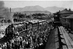 Locomotora ante el edificio de viajeros de Tarazona durante su viaje inaugural en 1952.