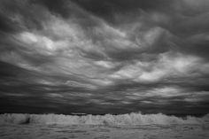 Overcast é como se diz céu totalmente encoberto, nublado, pesado, em inglês. Cloudy também significa nublado, mas não necessariamente de forma total, com nuvens pesadas. A sky completely covered by...