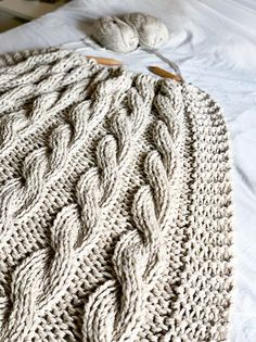 Chunky cable knit blanket pattern by Handy Little Me - Make your very own squishy throw blanket with this free knitting pattern. Large Knit Blanket, Cable Knit Blankets, Cable Knit Throw, Chunky Blanket, Baby Blankets, Knitted Afghans, Knitted Throws, Knitted Rug, Knitted Baby