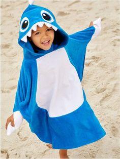 Shark towel poncho Polaroid, Boys Swimwear, Baby Shark, Kids Boys, Sewing Projects, Ss, Raincoat, Vacation, Holiday
