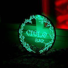 플로랄 패턴으로 제작된 초록색 led 상호 간판 입니다. 자유롭게 간단한 설치가 가능합니다. Neon Signs