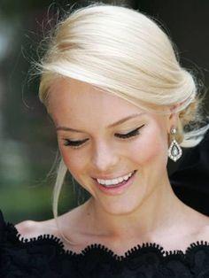 Love her hair and make up Hair hair flower hair styles My Hairstyle, Pretty Hairstyles, Braided Hairstyles, Wedding Hairstyles, Classic Updo Hairstyles, Quinceanera Hairstyles, Braided Updo, Beauté Blonde, Platinum Blonde