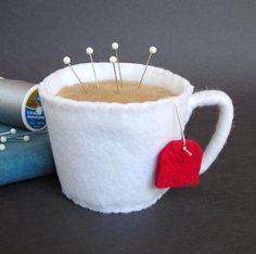Emery Pincushion / Pin Cushion Felt Cup of Hot Tea por dottyral Felt Crafts, Fabric Crafts, Sewing Crafts, Sewing Projects, Needle Book, Needle Felting, Felt Pincushions, Felt Food, Sewing Accessories