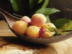 Tanja Riedel: Frische Aprikosen auf dem Tisch - Glasbild 60 x 80 cm