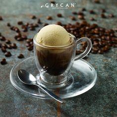 Klasyczne espresso affogato z kulką lodów waniliowych. | Classic espresso affogato with vanilla ice cream.