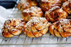 Kanelsnurror, underbara kanelbullar! | Fredriks fika Baking Recipes, Cookie Recipes, Dessert Recipes, Grandma Cookies, Sweet Cooking, No Bake Snacks, Swedish Recipes, Fika, Brioche