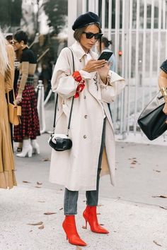 Fall Street Style Outfits to Inspire Fall Street Style fashion week Street Style Outfits, Look Street Style, Autumn Street Style, Red Street, Street Chic, Street Style Trends, Street Outfit, Look Fashion, Korean Fashion