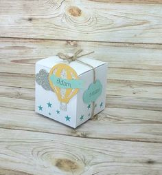 Cube box suckers balloon cloud and Cube box dragees balloon cloud and stars custom colors, ideal for christening baby shower or birthday Hot air balloon box cube cloud and stars … - Balloon Box, Balloon Clouds, Hot Air Balloon, Balloons, Baby Giveaways, Exploding Box Card, K Crafts, Diy Gift Box, Glitter Background