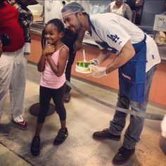 Andre Ethier serves lunch at the Union Rescue Mission in Downtown.