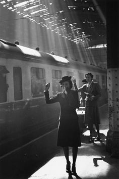 Paddington Station, London, May Bert Hardy, photographer for the Picture Post, recorded the day to day running of this busy wartime station and tearful goodbyes of parting couples. Old Pictures, Old Photos, Vintage Photographs, Vintage Photos, Foto Art, Oscar Wilde, Black And White Pictures, Photojournalism, Belle Photo