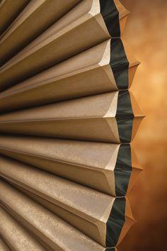 A Linha Alustra da HunterDouglas Luxaflex possui tecidos exclusivos combinados com acabamentos nas cores bronze, champagne, ouro e prata.