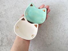 Chat anneau plat avec de l'or - menthe par PotteryLodge sur Etsy https://www.etsy.com/fr/listing/218659110/chat-anneau-plat-avec-de-lor-menthe