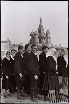 1954. Москва, Красная площадь. Люди в очереди в мавзолей Ленина-Сталина