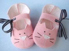 Precious Kitty Baby Booties - Shoes Sewing Pattern via Etsy. Couture Bb, Felt Baby Shoes, Diy Bebe, Shoe Pattern, Felt Fabric, Baby Booties, Felt Booties, Booties Crochet, Baby Sandals