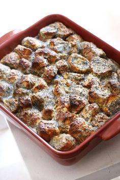 A mákos guba talán az egyik legközkedveltebb édesség Magyarországon. Aki szeretit a mákot, annak valószínűleg a gyerekkorát is végigkísérte ez a klasszikus finomság. Lehet belőle kiadós reggeli, ebédre (egy leves után) perfekt második, de természetesen desszertként is megállja a helyét. Hoztunk egy király receptet a mákos gubához is, szóval mindenki izzíthatja a sütőjét!