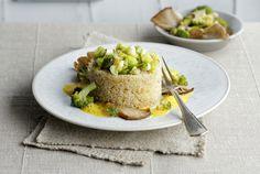 Quinoa mit Brokkoligemüse und Curryschaum - hübsch angerichtet ein perfektes Gericht für Gäste oder im mehrgängigen Menü.
