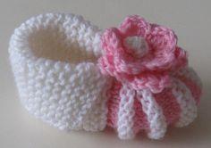 Puikkojen polut 2 : Ohje vauvan tossuihin Baby Booties Knitting Pattern, Knit Baby Booties, Baby Knitting Patterns, Knitting Socks, Hand Knitting, Crochet Patterns, Crochet Baby, Knit Crochet, Baby Sewing